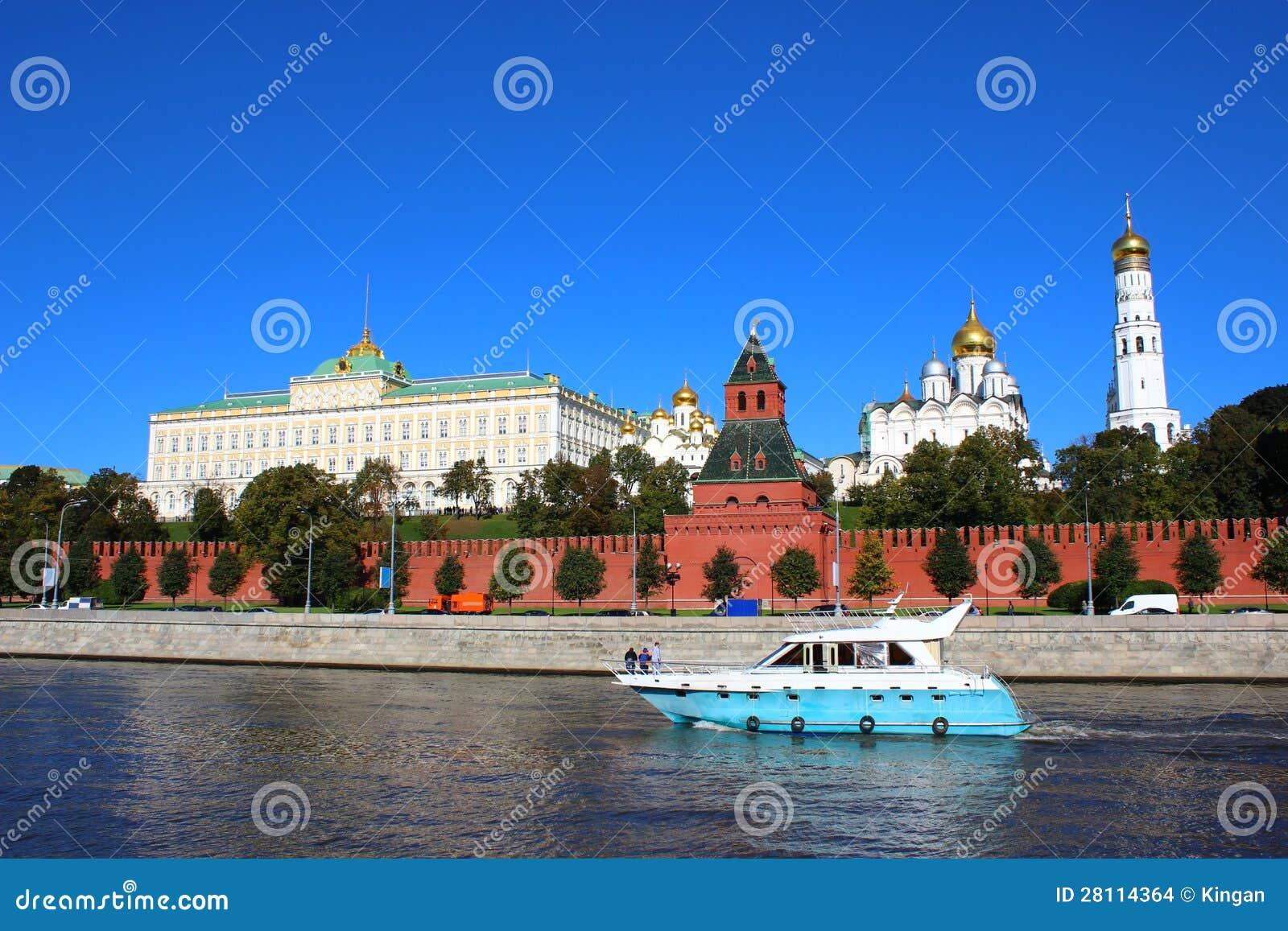 Stock afbeeldingen: boot die op de rivier op de achtergrond van moskou