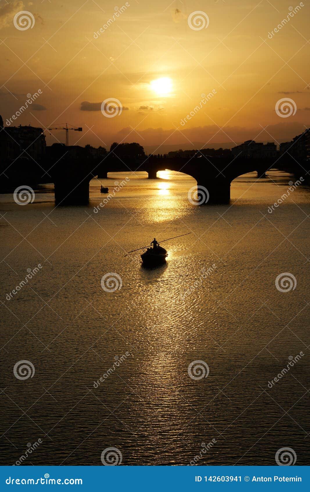 Boot die op de Rivier varen