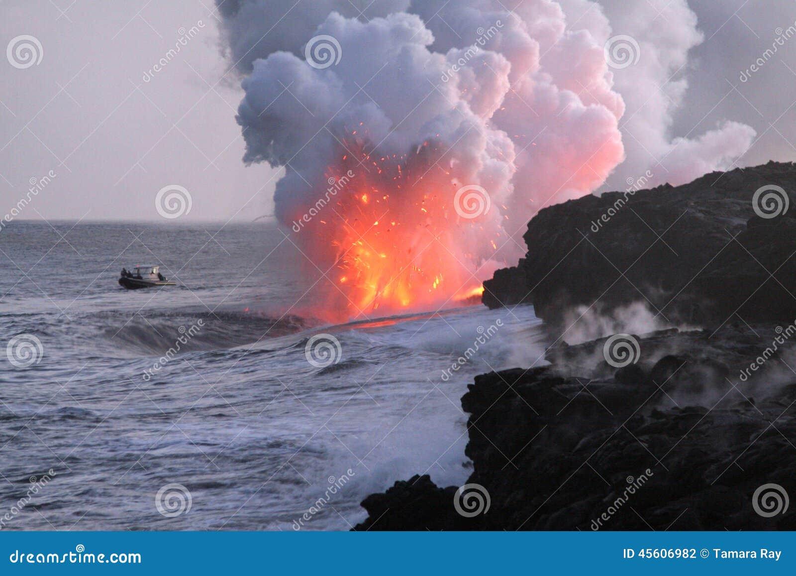 Boot die op Lava Flow Into Pacific Ocean letten