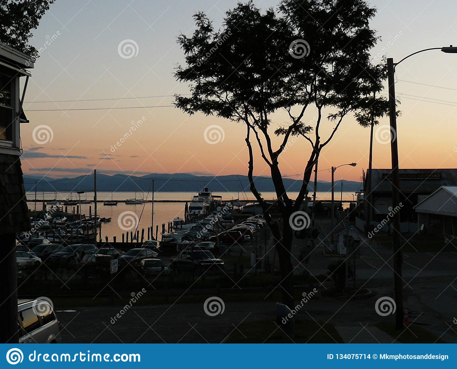 Boot dokkende yard tegen de bergen en de zonsondergang