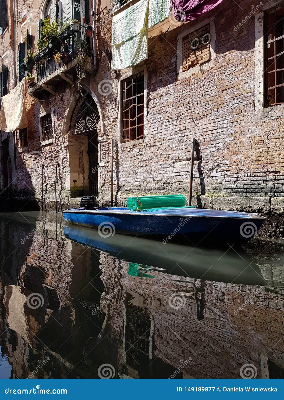 Boot in een Venetiaanse canala