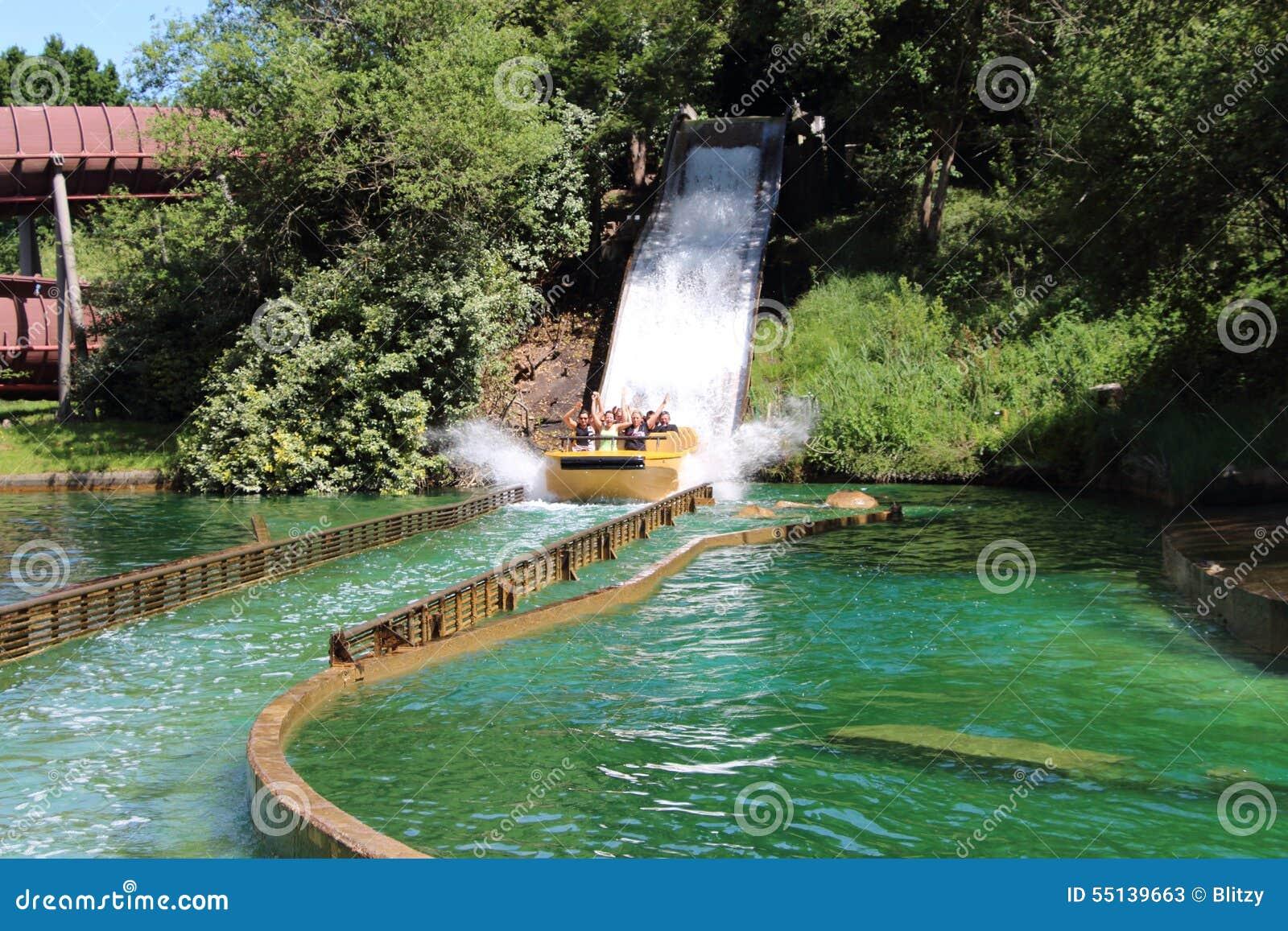 Boot en aanraking die neer bij de Grand Splatch aantrekkelijkheid van Le in Park Asterix, Ile de France, Frankrijk dalen