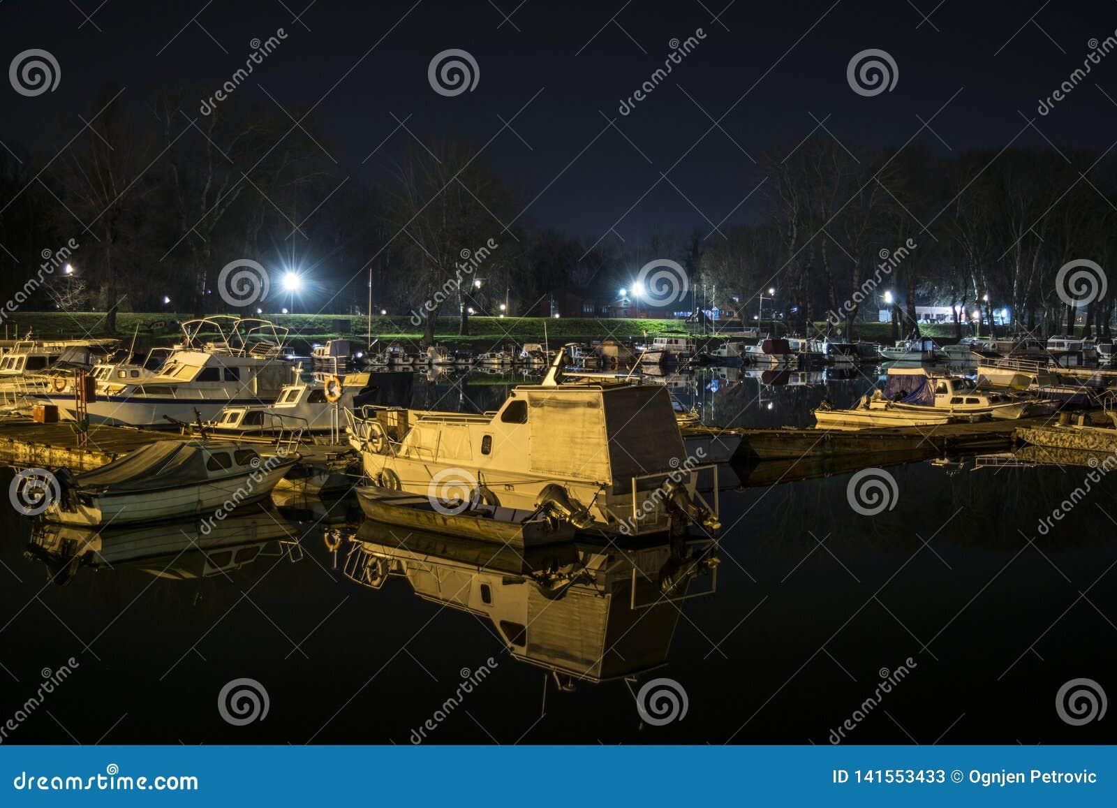 Boot en zijn gedachtengang in het water dat in de haven wordt verankerd