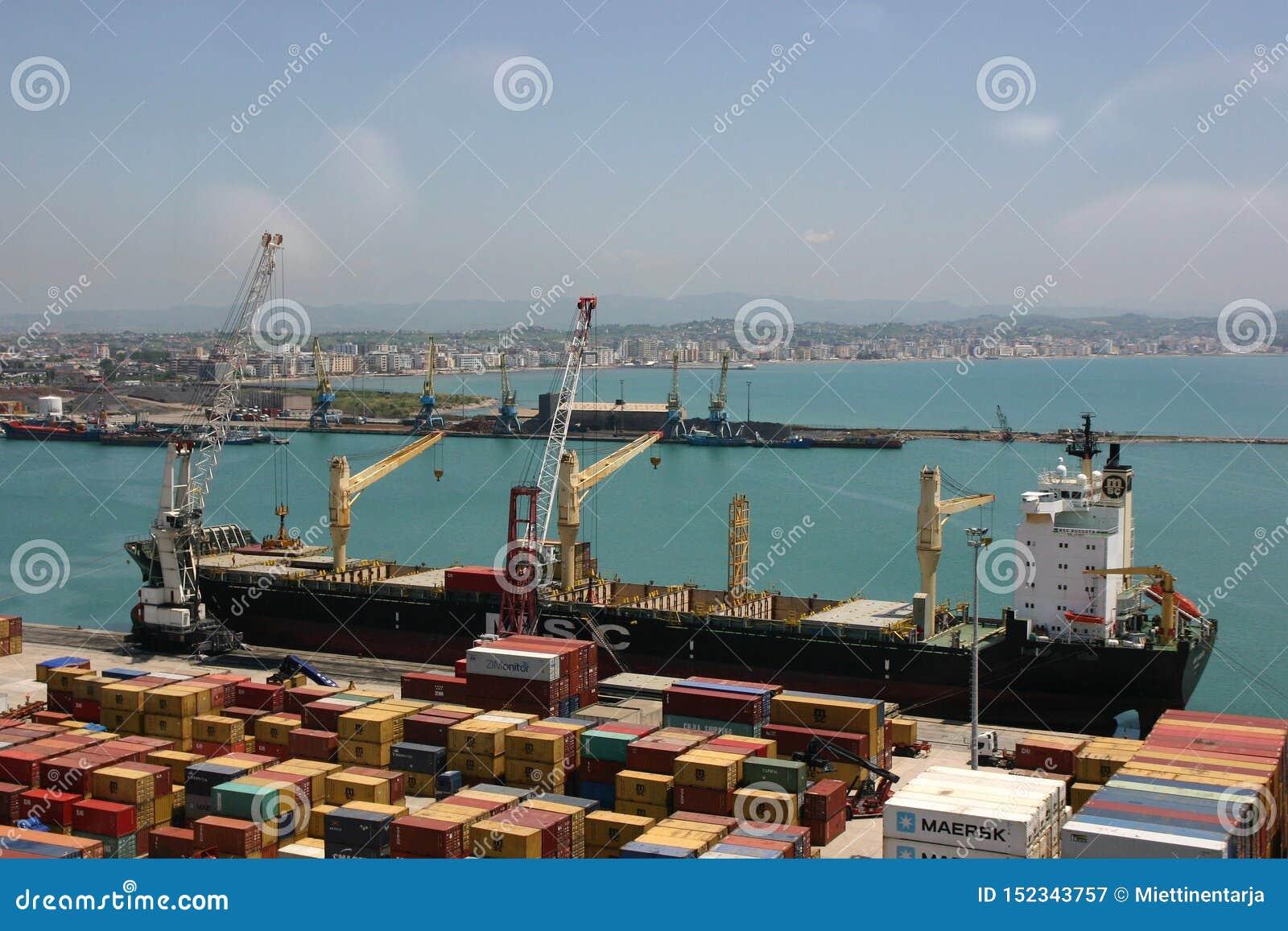 Boot, kranen en verschepende containers in Durres