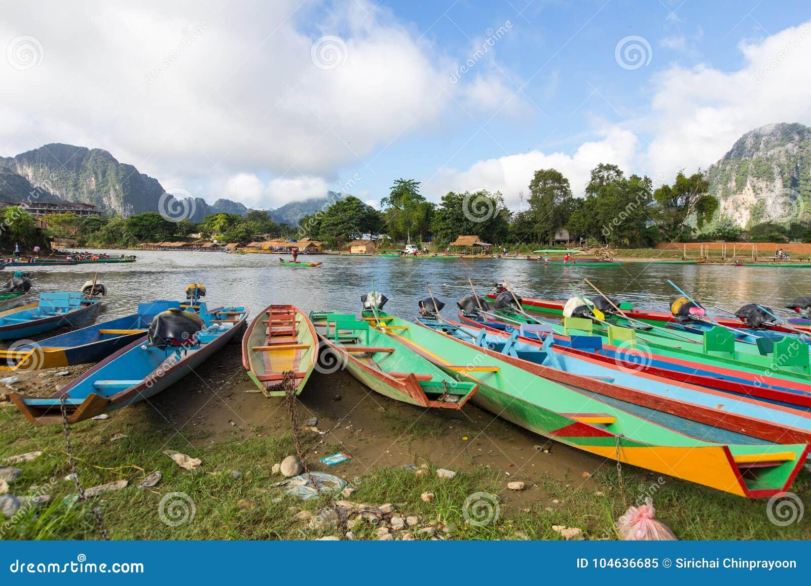 Download Boot In Liedrivier In Vang Vieng Stock Afbeelding - Afbeelding bestaande uit groen, tropisch: 104636685