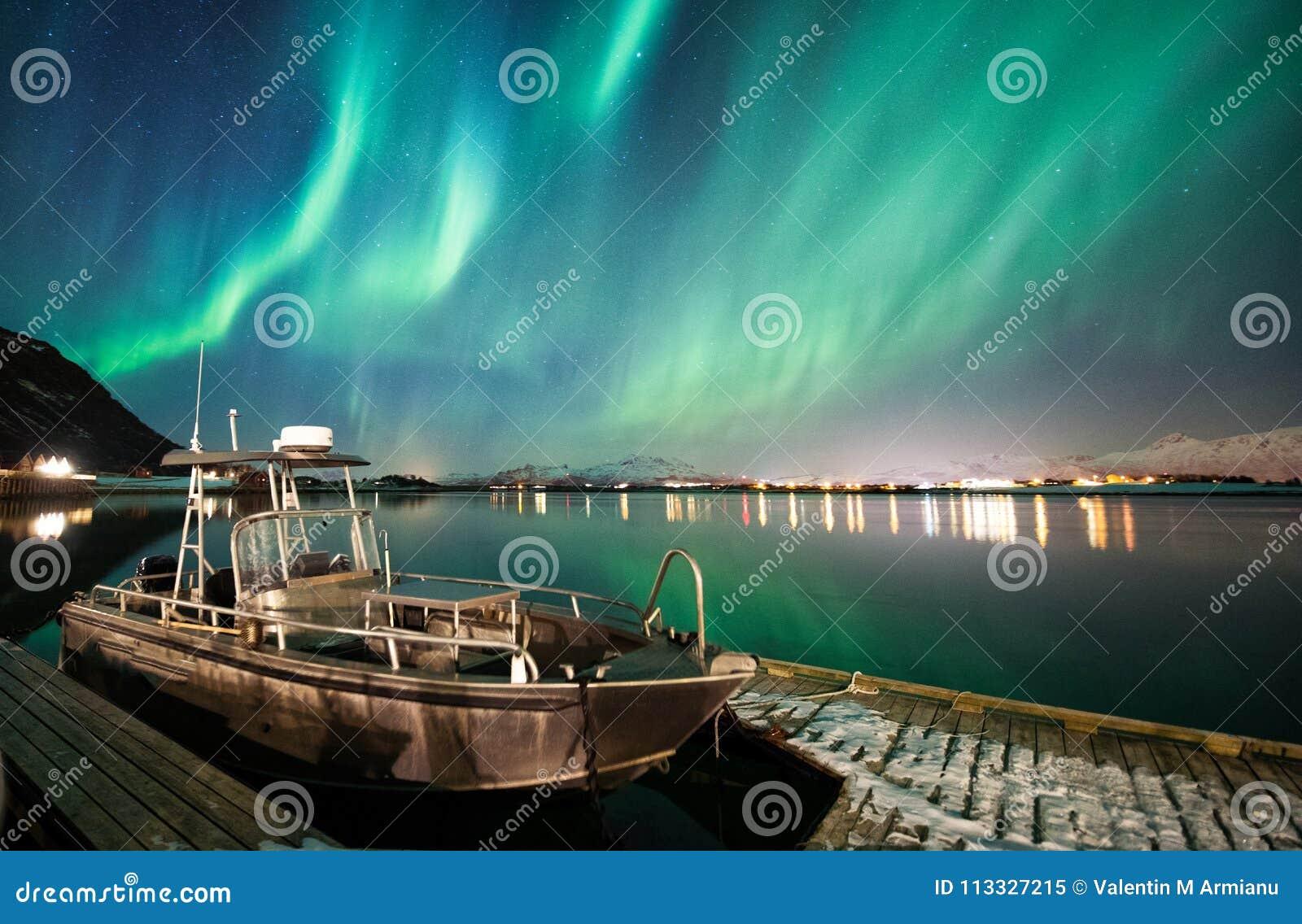 Boot met noordelijke lichtenachtergrond