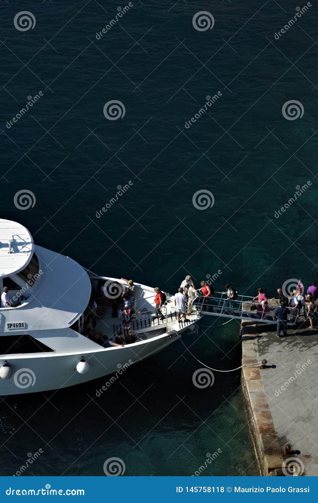 Boot met toeristen die in Vernazza, Cinque Terre-dorp ontschepen Ontscheping van toeristen in het diepe blauwe overzees