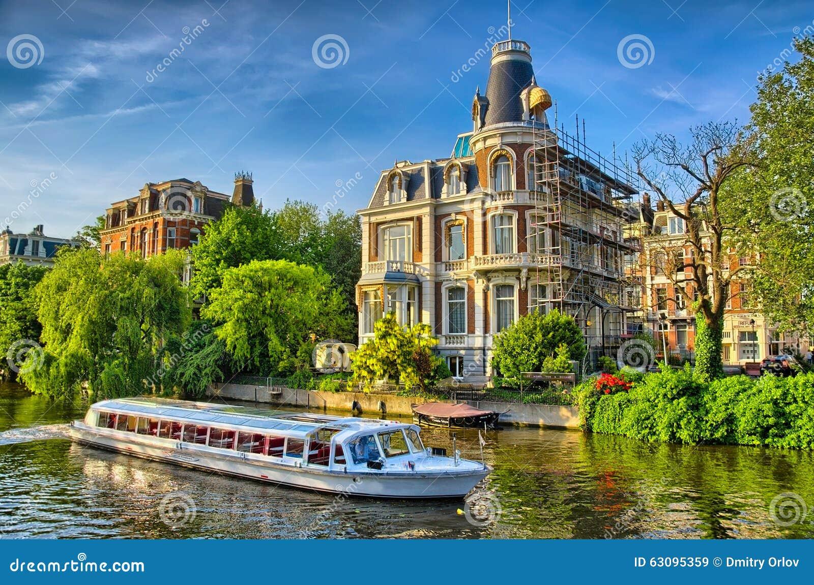 Boot op amstel rivier dichtbij mooie huizen in amsterdam holland stock foto afbeelding 63095359 - Mooie huis foto ...