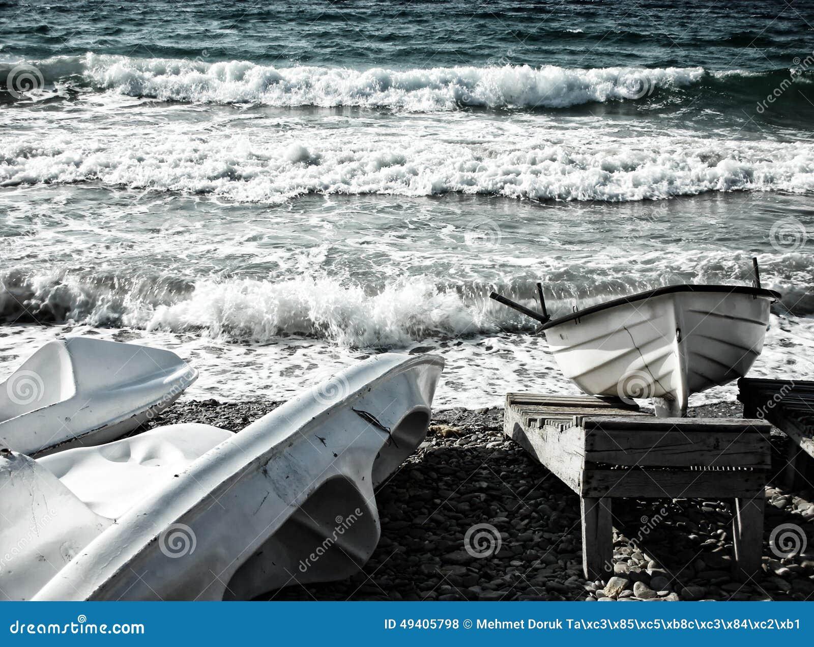 Download Boot Und Kanus An Der Küste Stockfoto - Bild von spaß, nave: 49405798