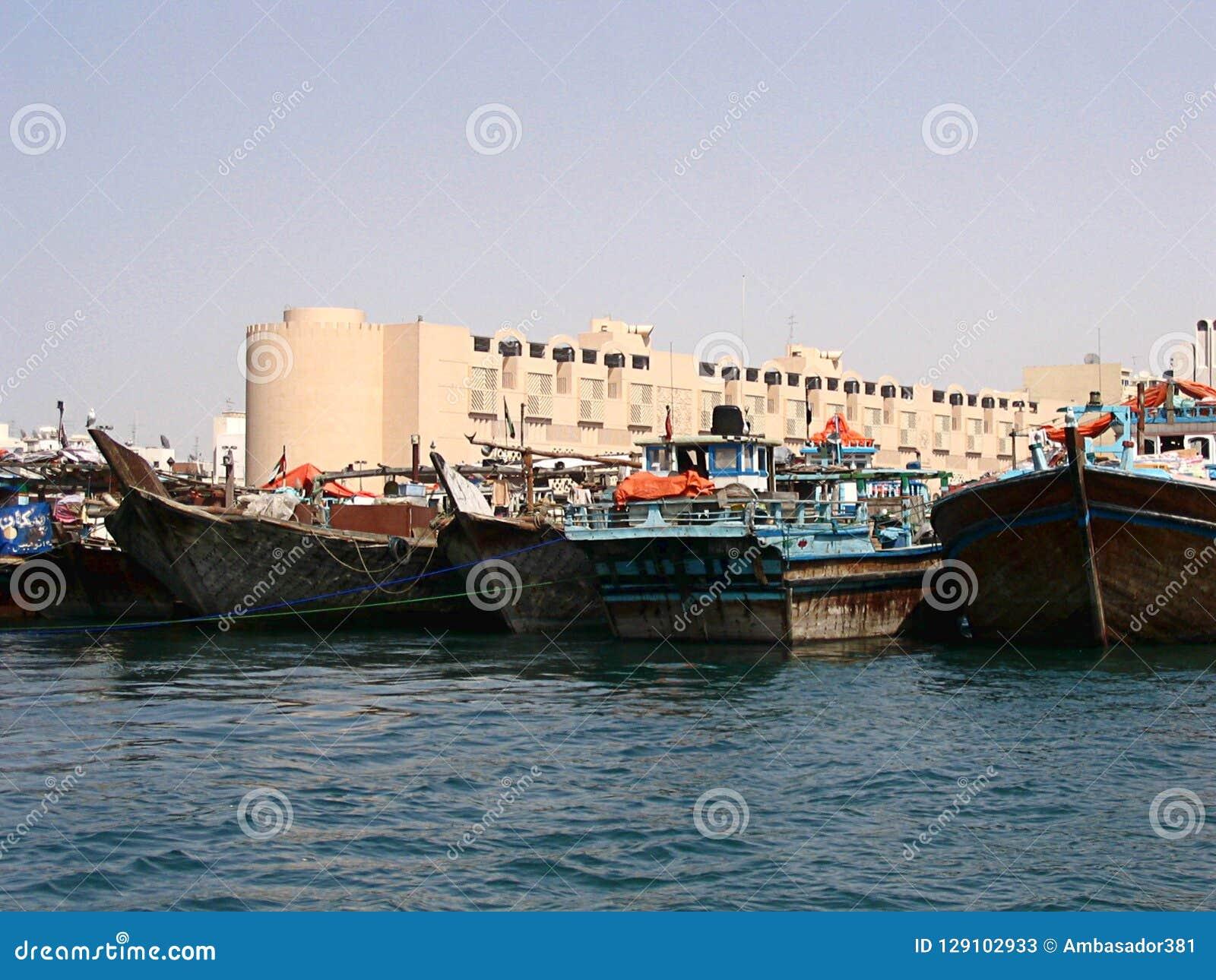 Boote auf dem Bucht-Nebenfluss in Dubai, UAE