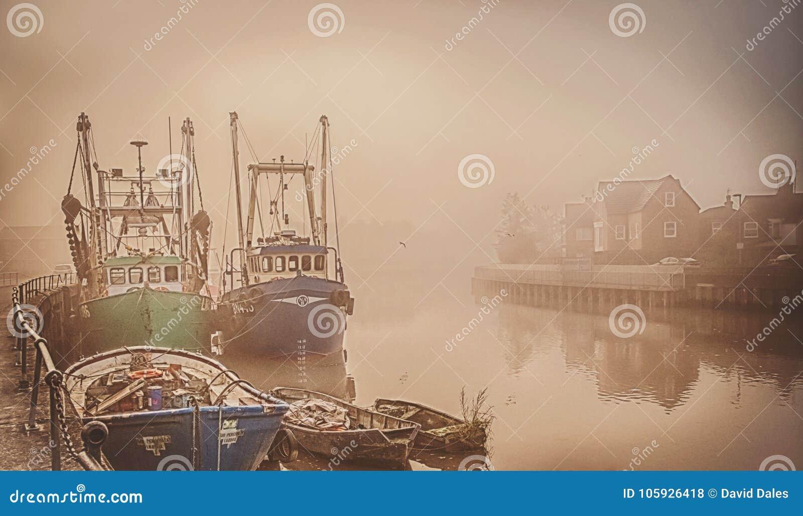 Boote auf einem nebeligen Fluss