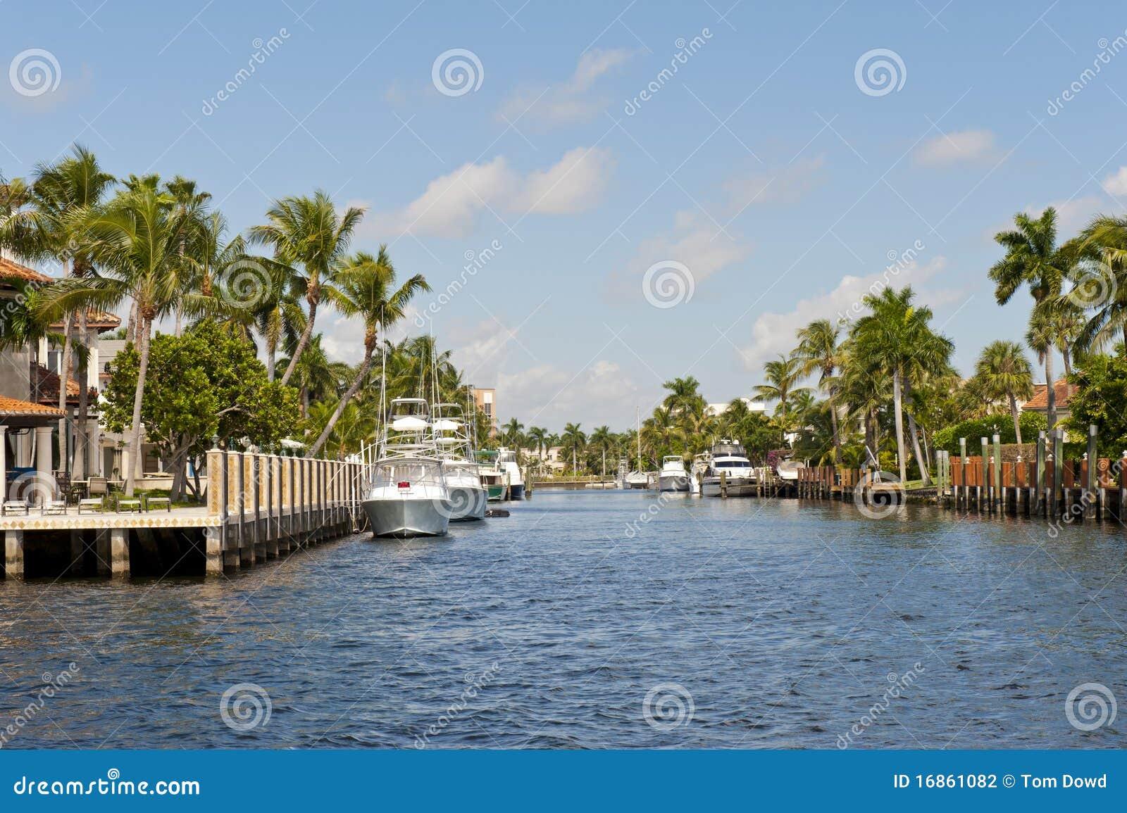 Boote koppelten auf Kanal an