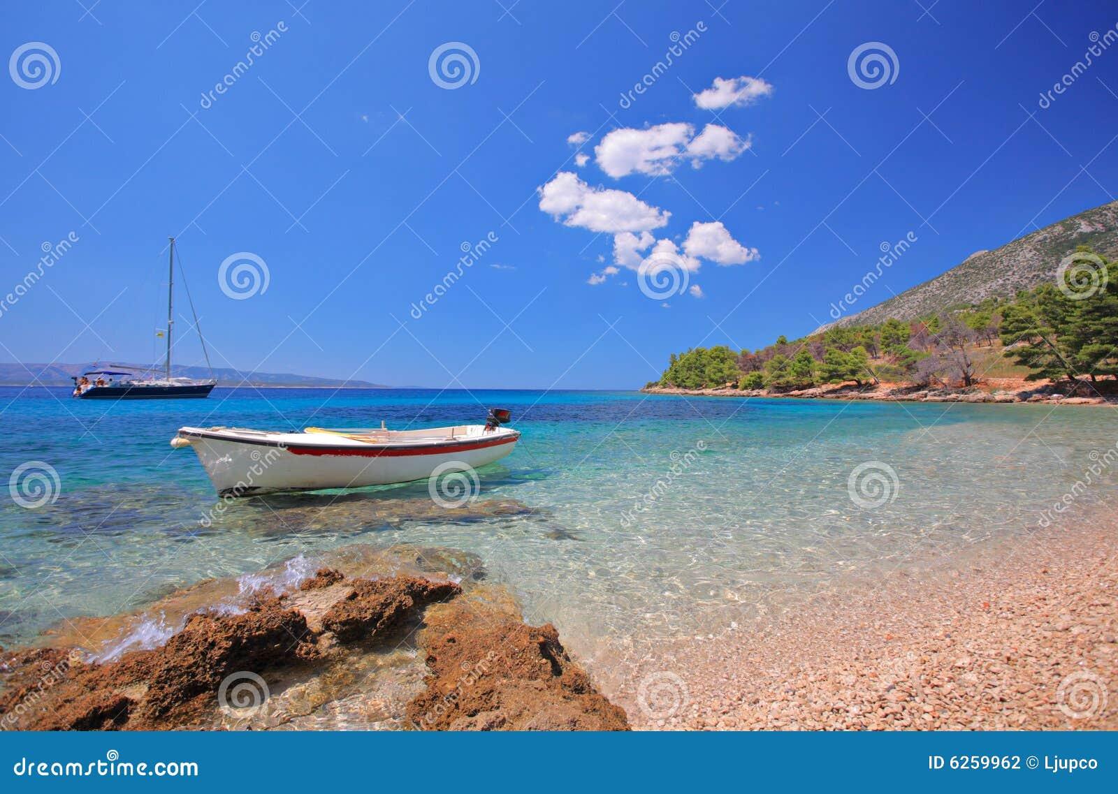 Boote am Schacht auf der Insel von Brac