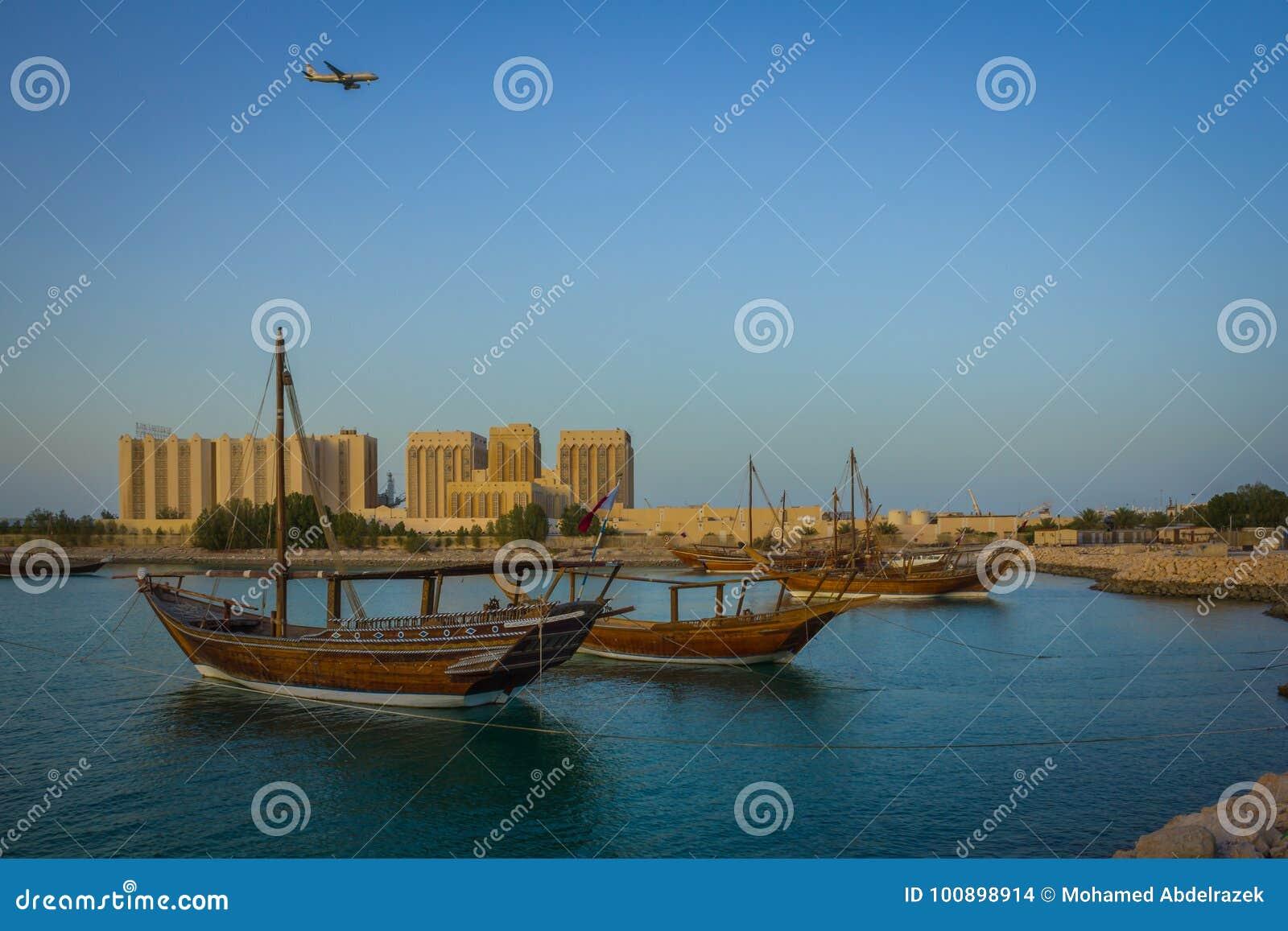 Boote traditioneller Dhow im arabischen Golf