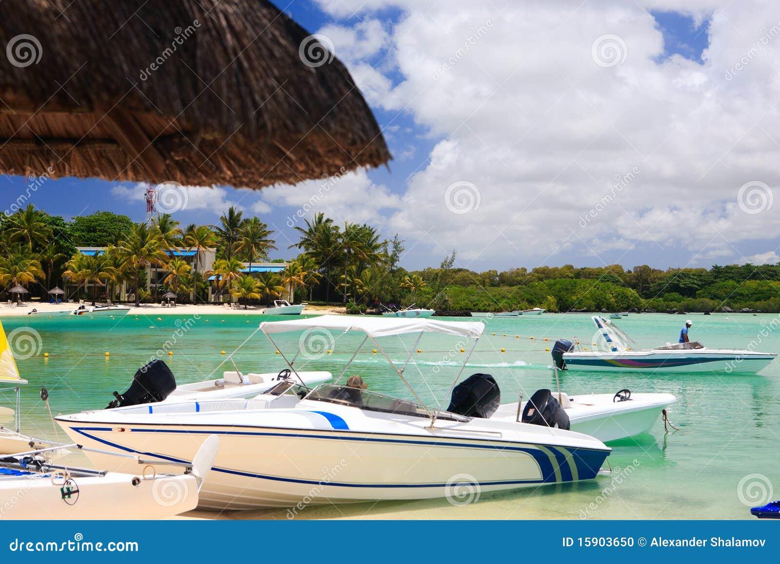 Boote am tropischen Strandurlaubsort