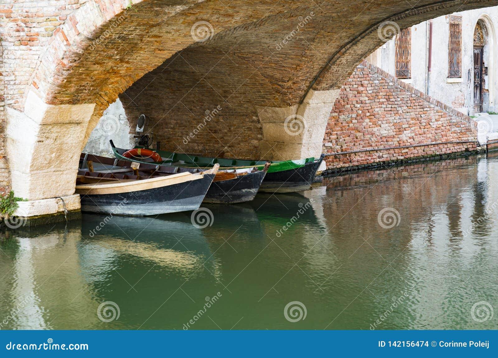 Boote unter Brücke in Comacchio, Italien