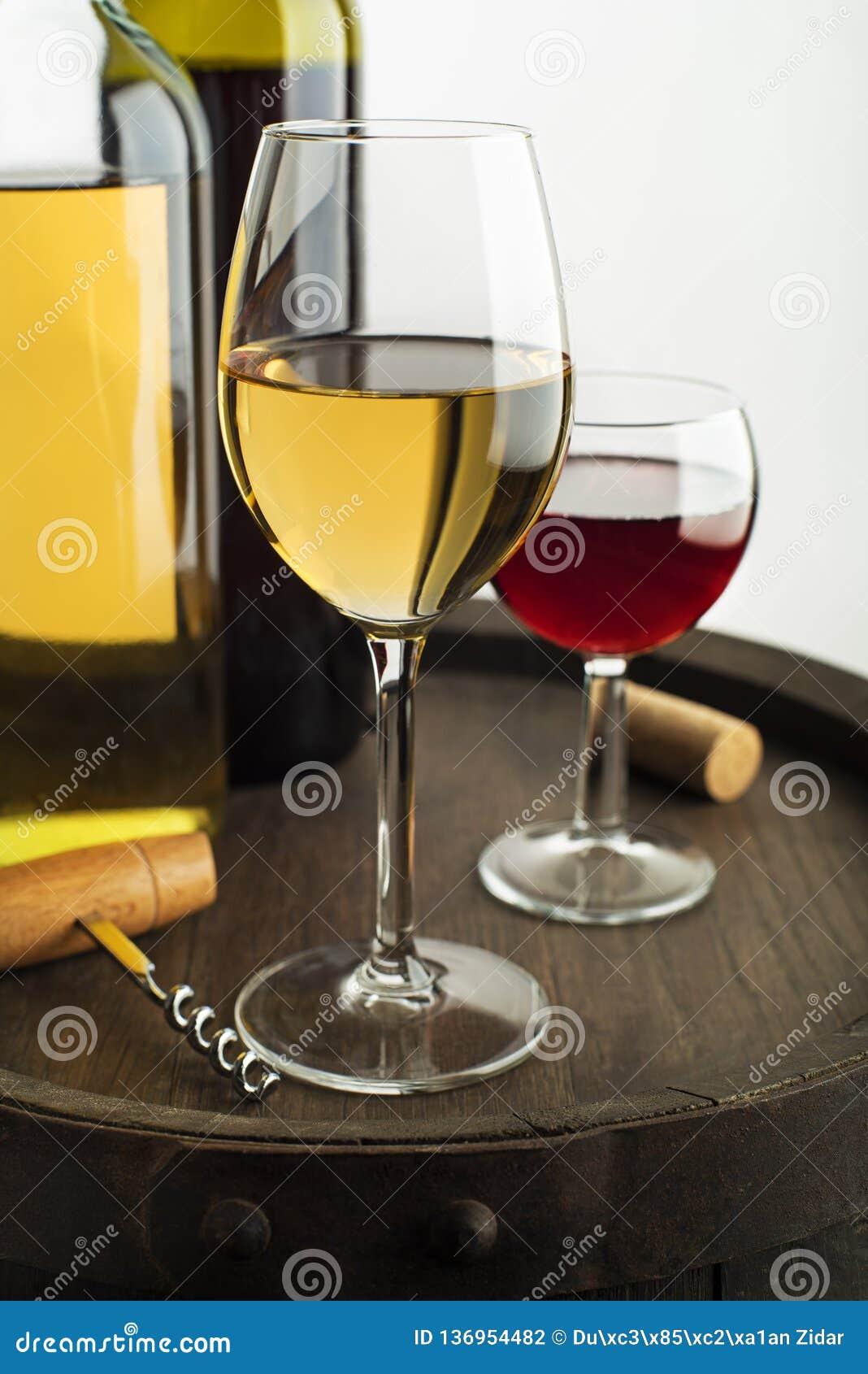 Bootle e vidro do vinho no branco