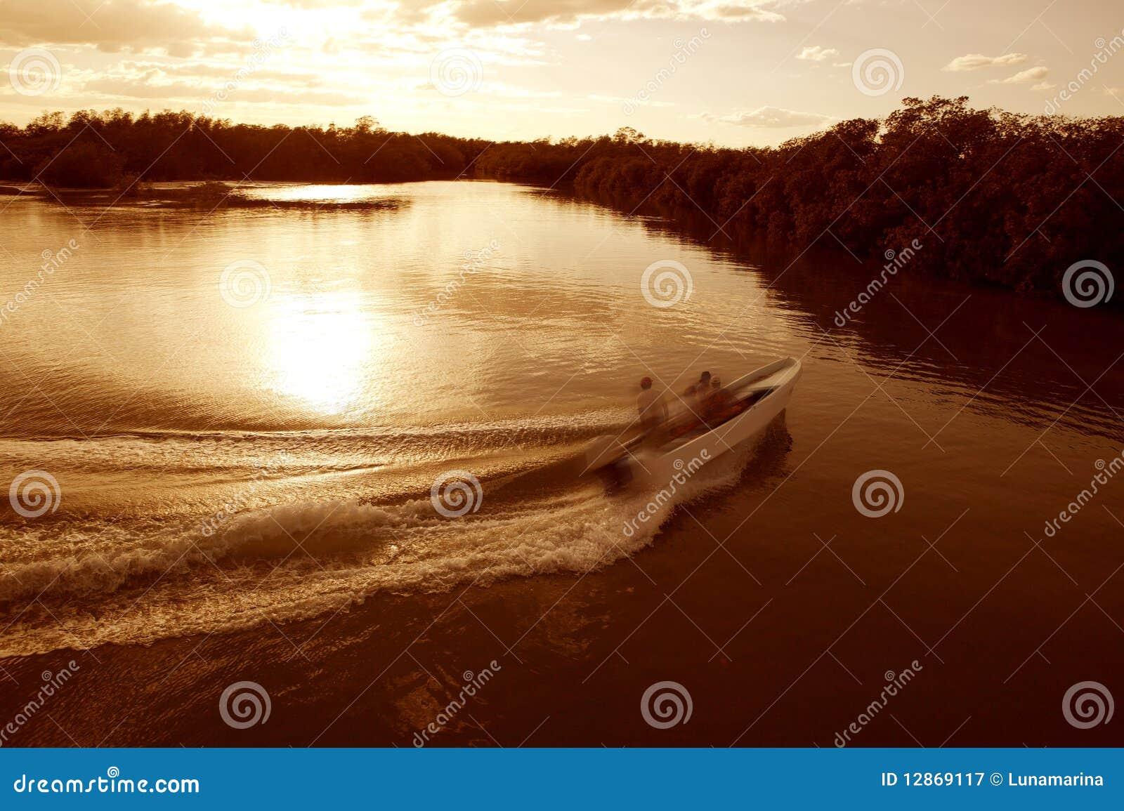 Bootslieferungsspurstützewäschesonnenuntergang-Seefluß