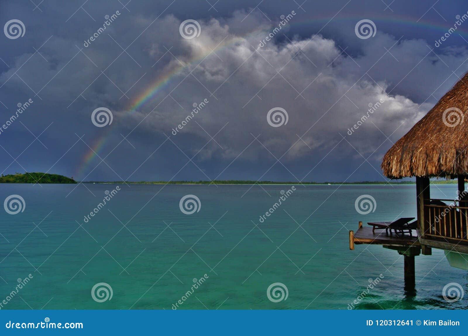 Bora Bora, arc-en-ciel au-dessus de lagune avec le pavillon