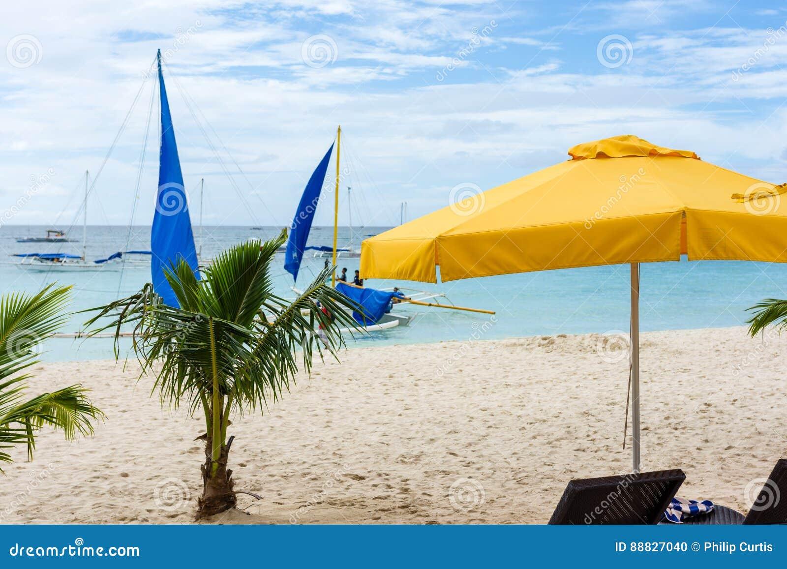 Boracay Strand Kleine Palmen Und Ein Gelber Sonnenschirm
