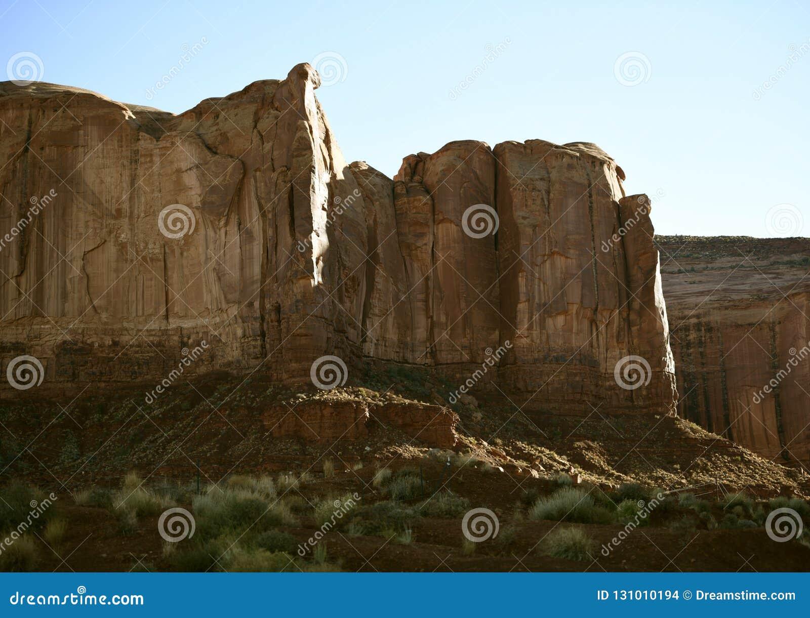 Bord de falaise de roche de temps