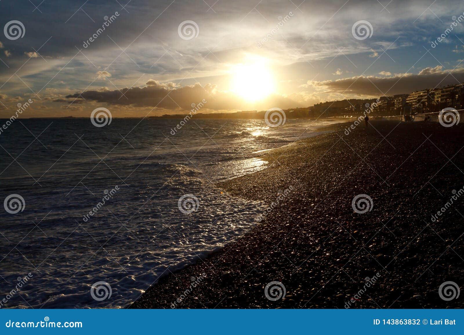 Bord de la mer dans gentil au coucher du soleil