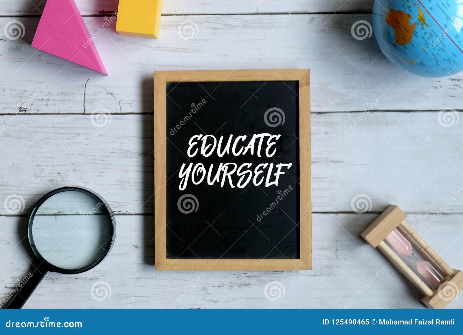 Bord met EDUCATE wordt geschreven die ZELF