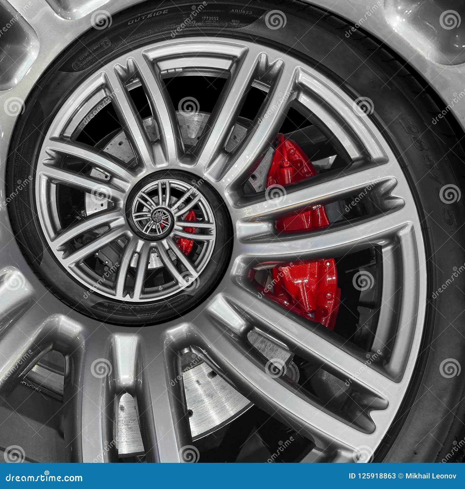 Borda abstrata da roda da espiral do carro desportivo com pneu, disco do freio Ilustração repetitiva do fundo do teste padrão do