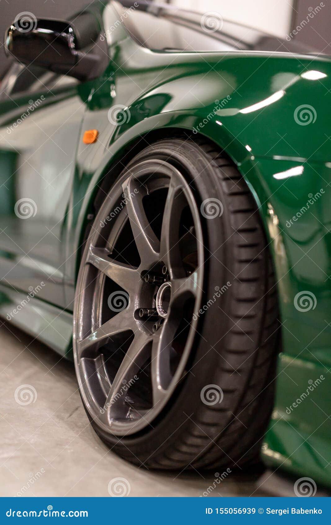 Bordas de um carro de esportes O conceito de ajustar as rodas
