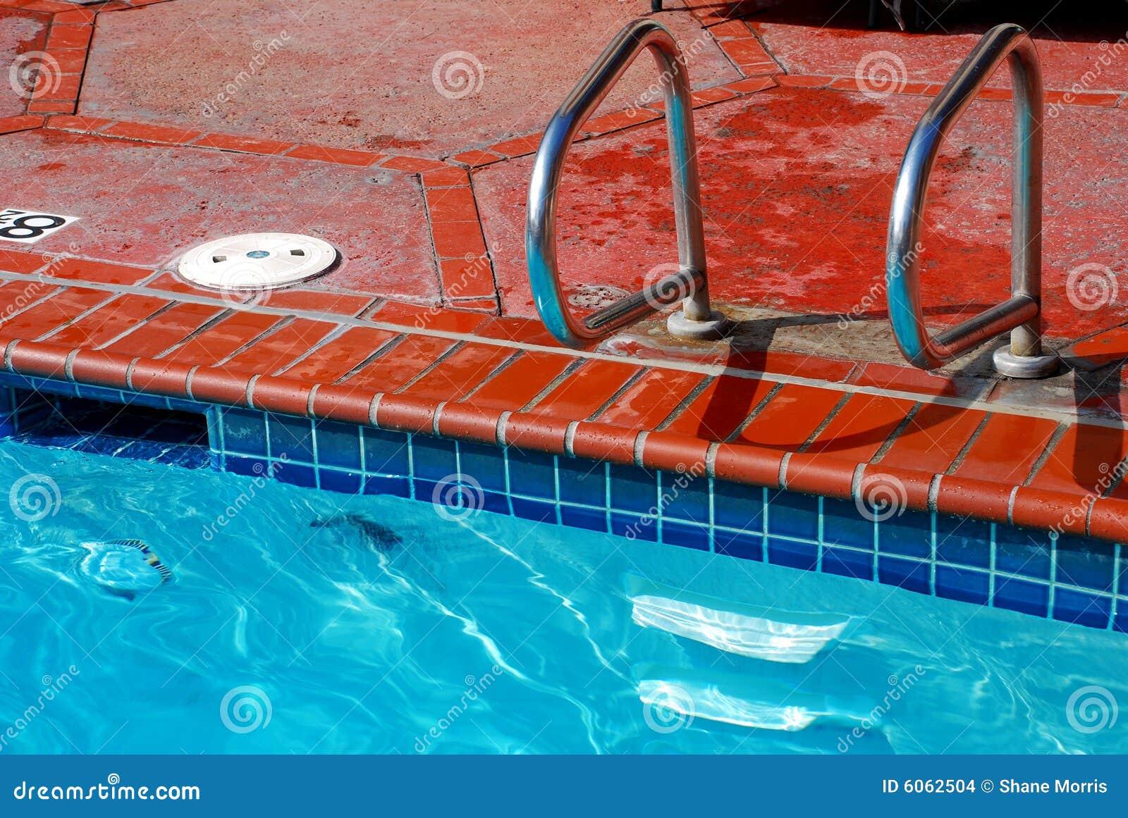 Borde y azulejo de la piscina del ladrillo imagenes de for Bordes de piscinas fotos