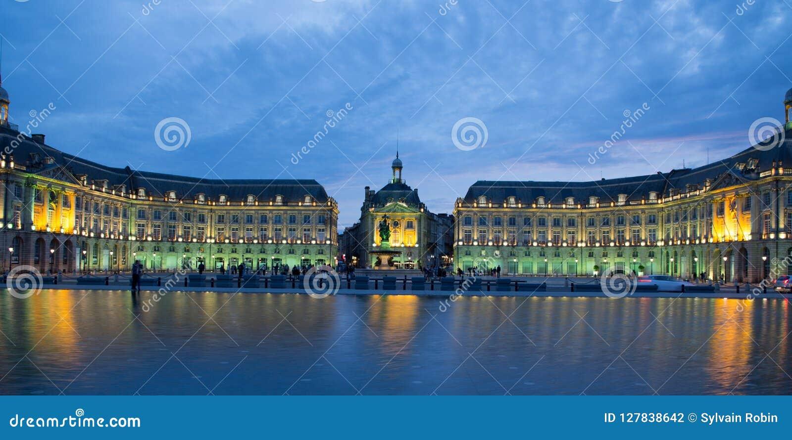 Bordeaux de miroir de brume de l eau de brume, l Aquitaine, France