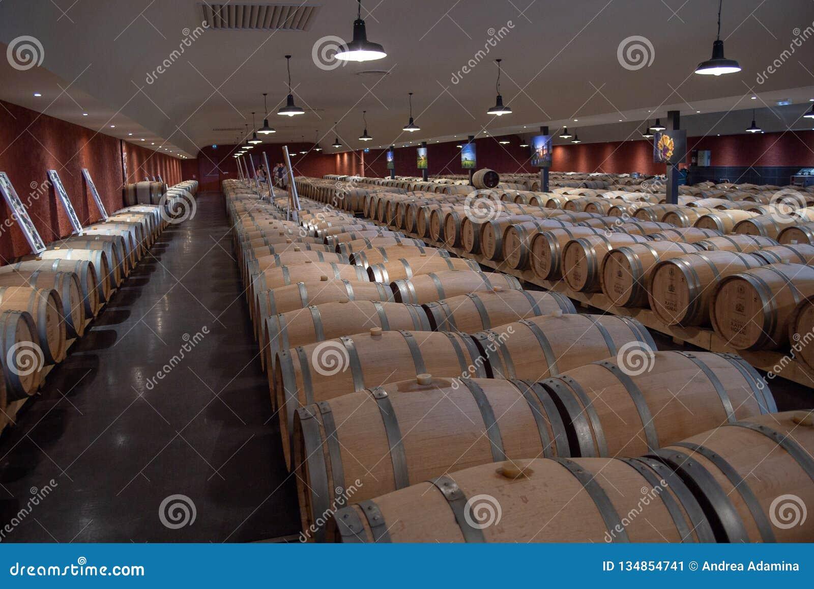 Bordeaux, France - 6 juin 2017 : Vins fermentant dans de grands barils traditionnels de chêne dans la cave