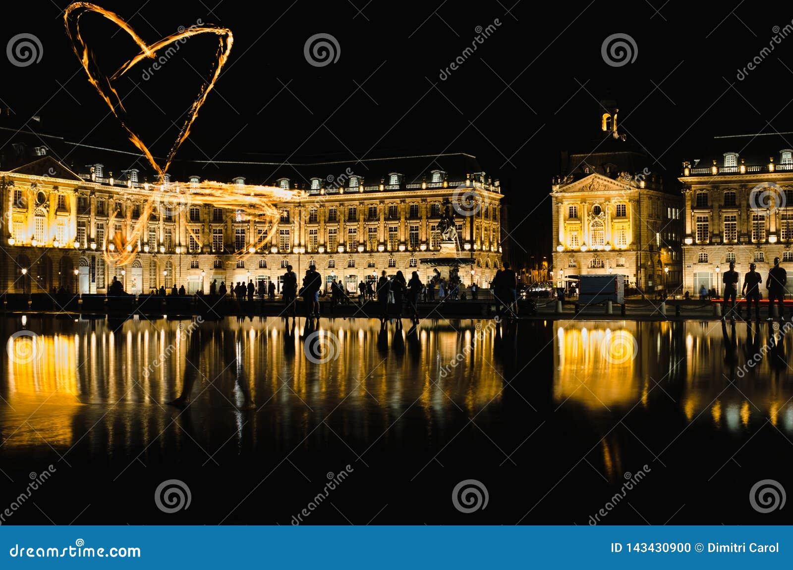 Bordeaux, Francia - September 15, 2018: Le giocoliere del fuoco prendono un focolaio di incendio allo specchio dell a