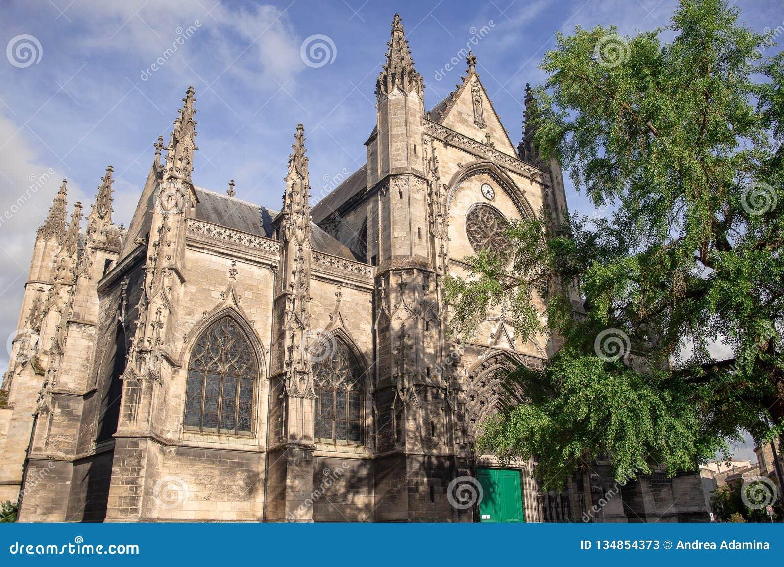 Bordeaux, Frankreich - 6. Juni 2017: Schöner blauer Himmel an Basilique-Saint-Michel ist eine der berühmtesten Anziehungskräfte d
