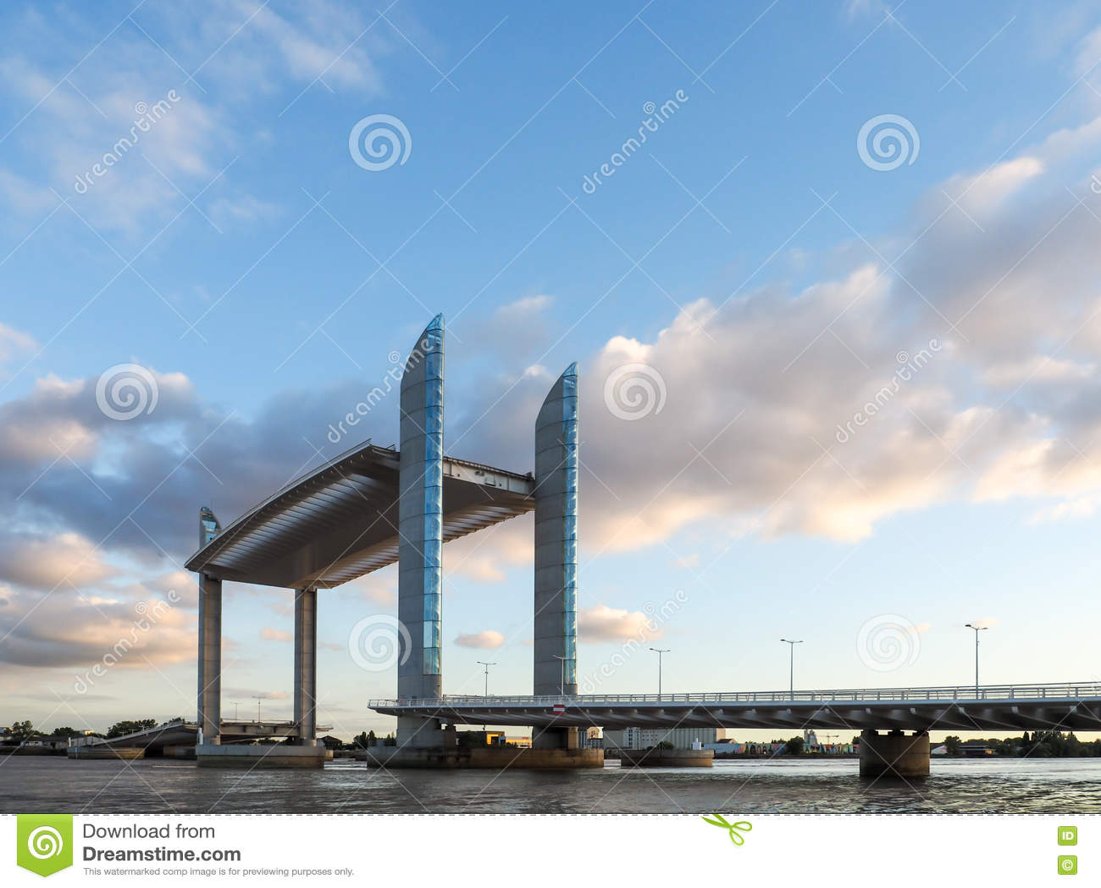 BORDEAUX GIRONDE/FRANCE - SEPTEMBER 18: Ny elevatorbro Jacque