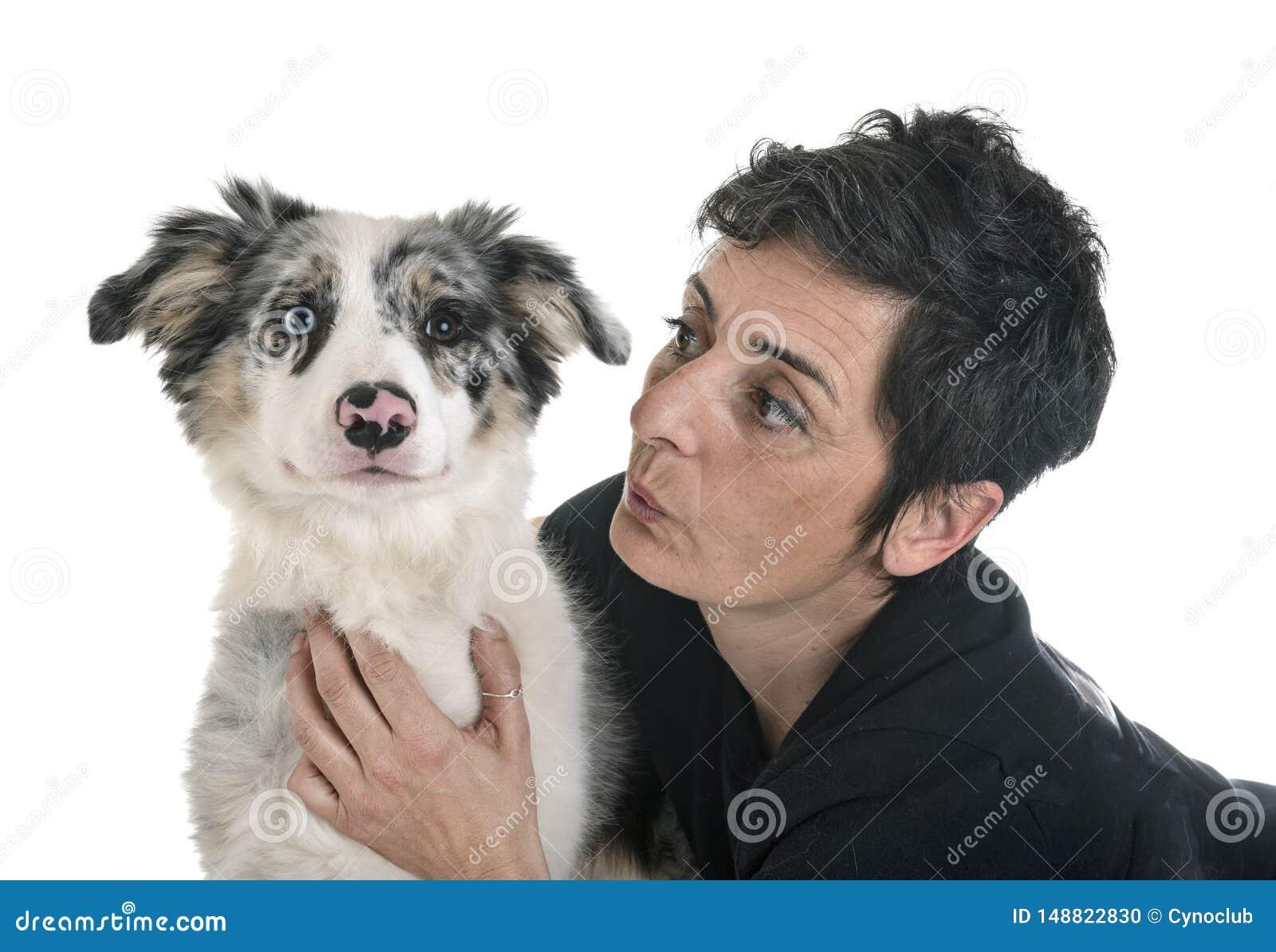 Border collie y mujer del perrito