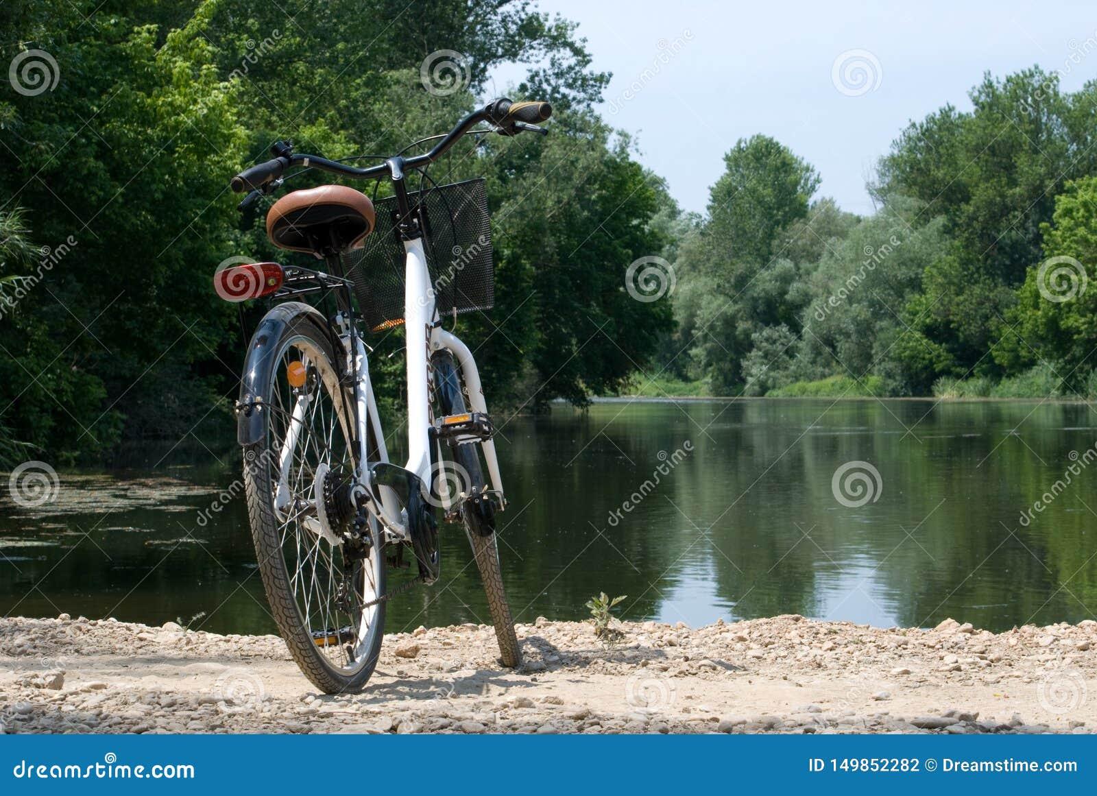 Bordils, Espagne - 3 juin 2019 : Bicyclette dans un paysage de rivière