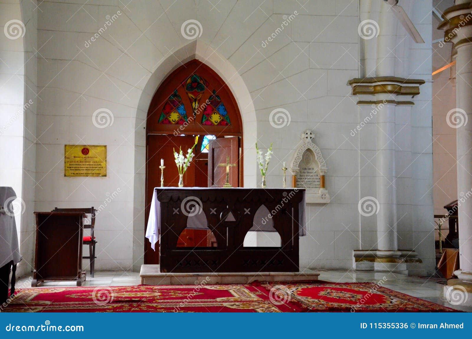 Bordlägga argt och blommar altaret för ceremoni inom den St Johns domkyrkan Peshawar Pakistan