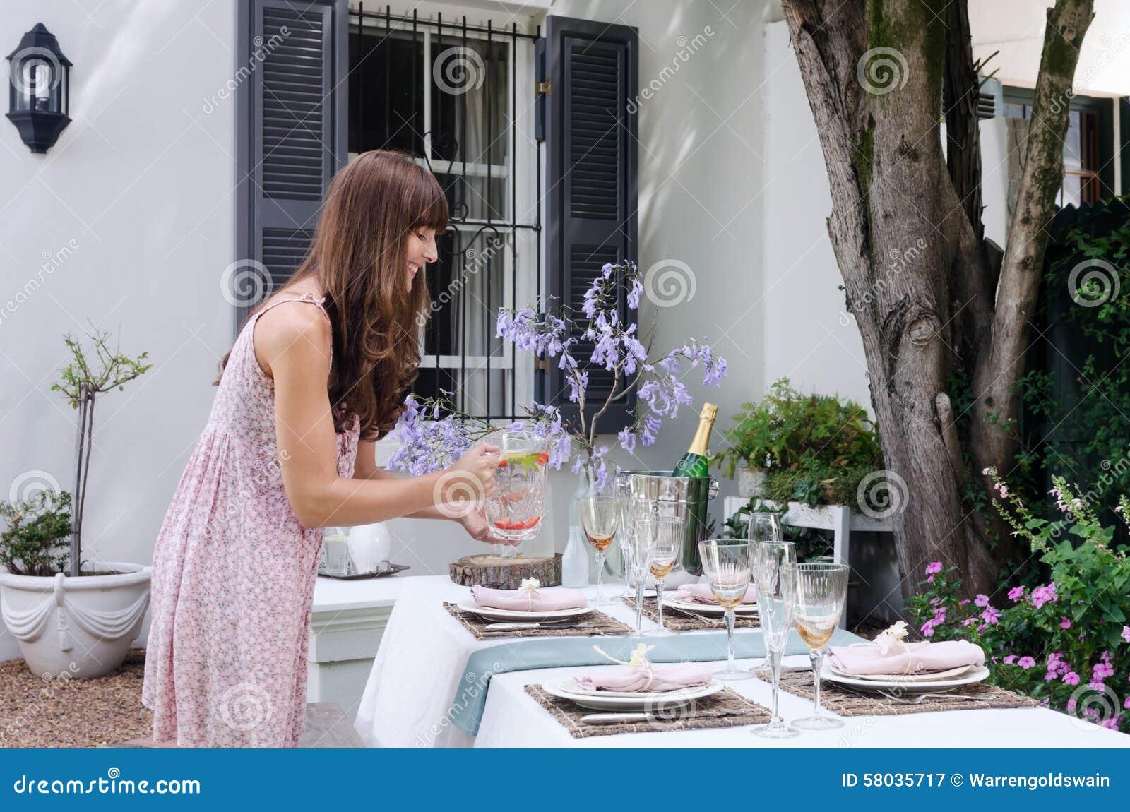 Bordlägga ställeinställningen för ett informellt utomhus- trädgårds- parti