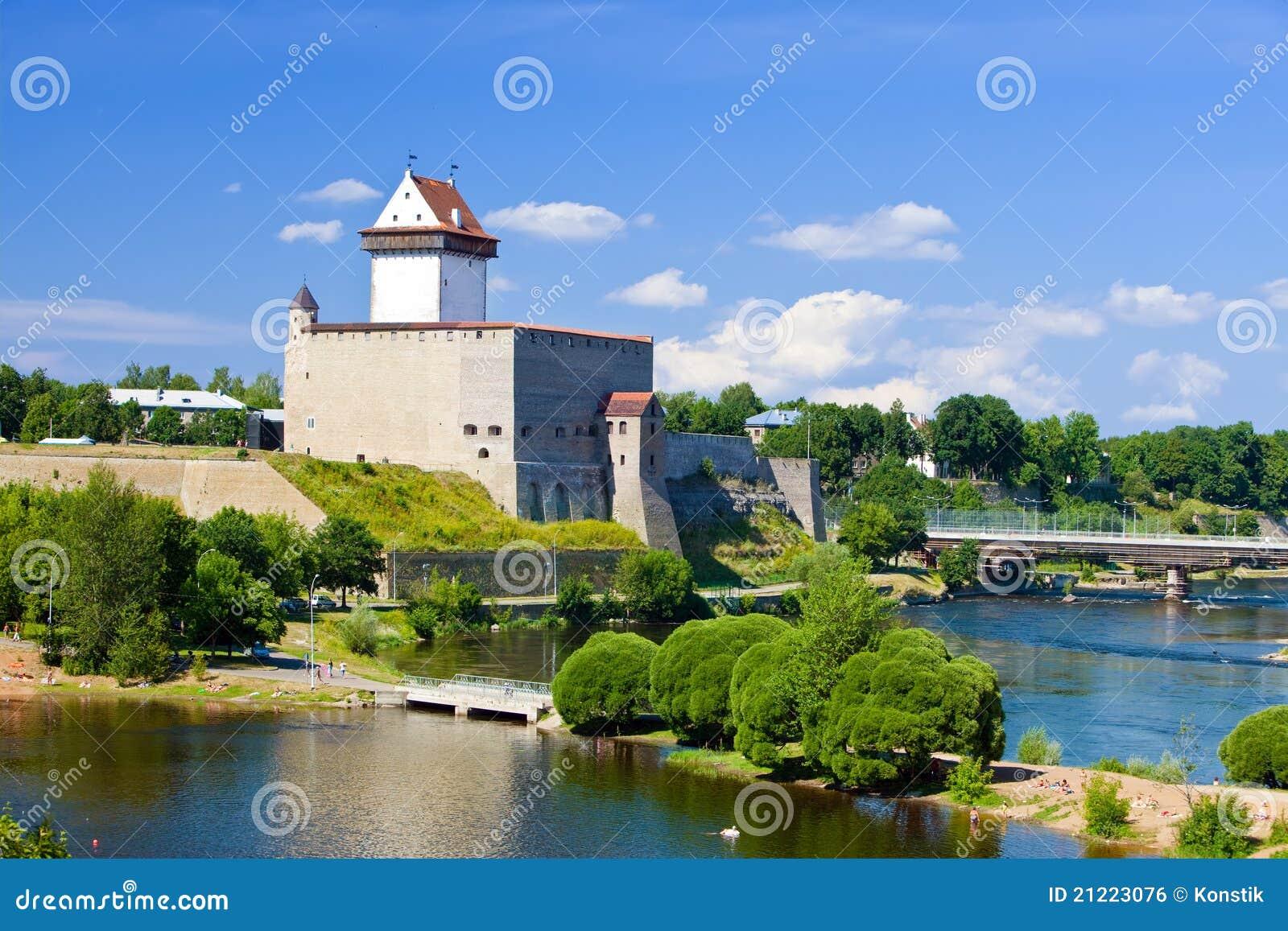 Bordo della fortezza di Estonia.Narva.Ancient con la Russia
