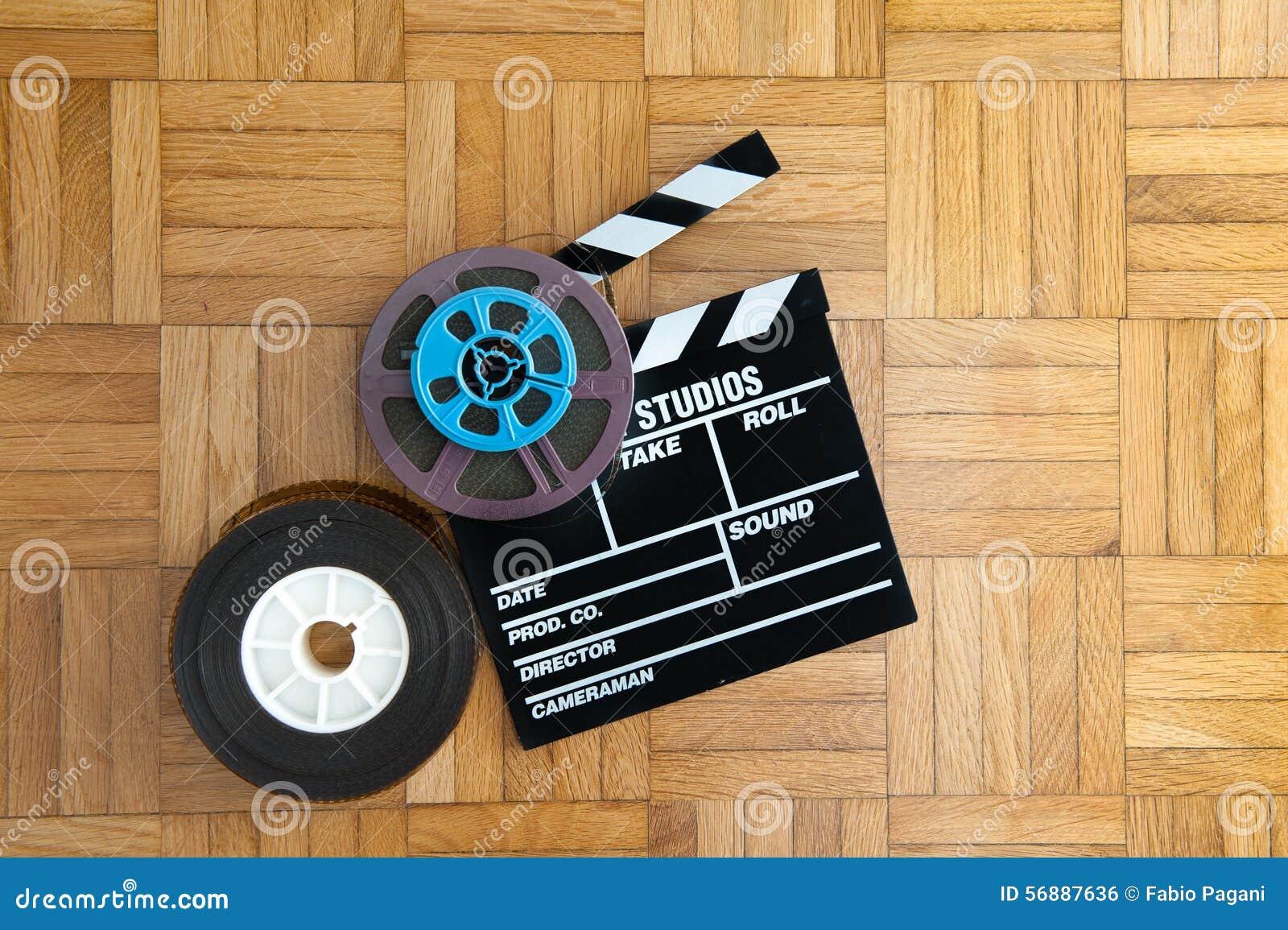 Bordo di valvola di film e bobina di film sul pavimento di legno