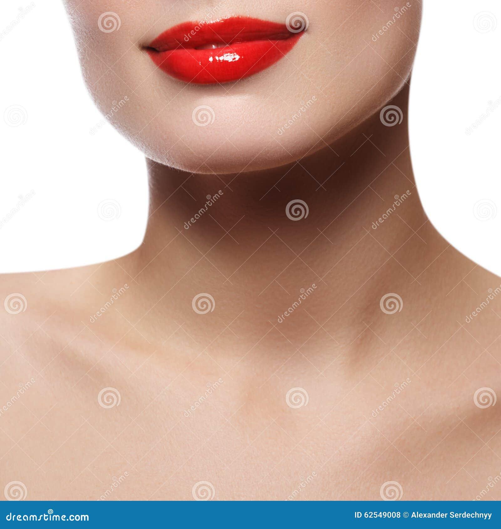 Bordos perfeitos bonitos Fim  sexy  da boca acima Sorriso largo bonito da mulher fresca nova com bordos completos Isolado