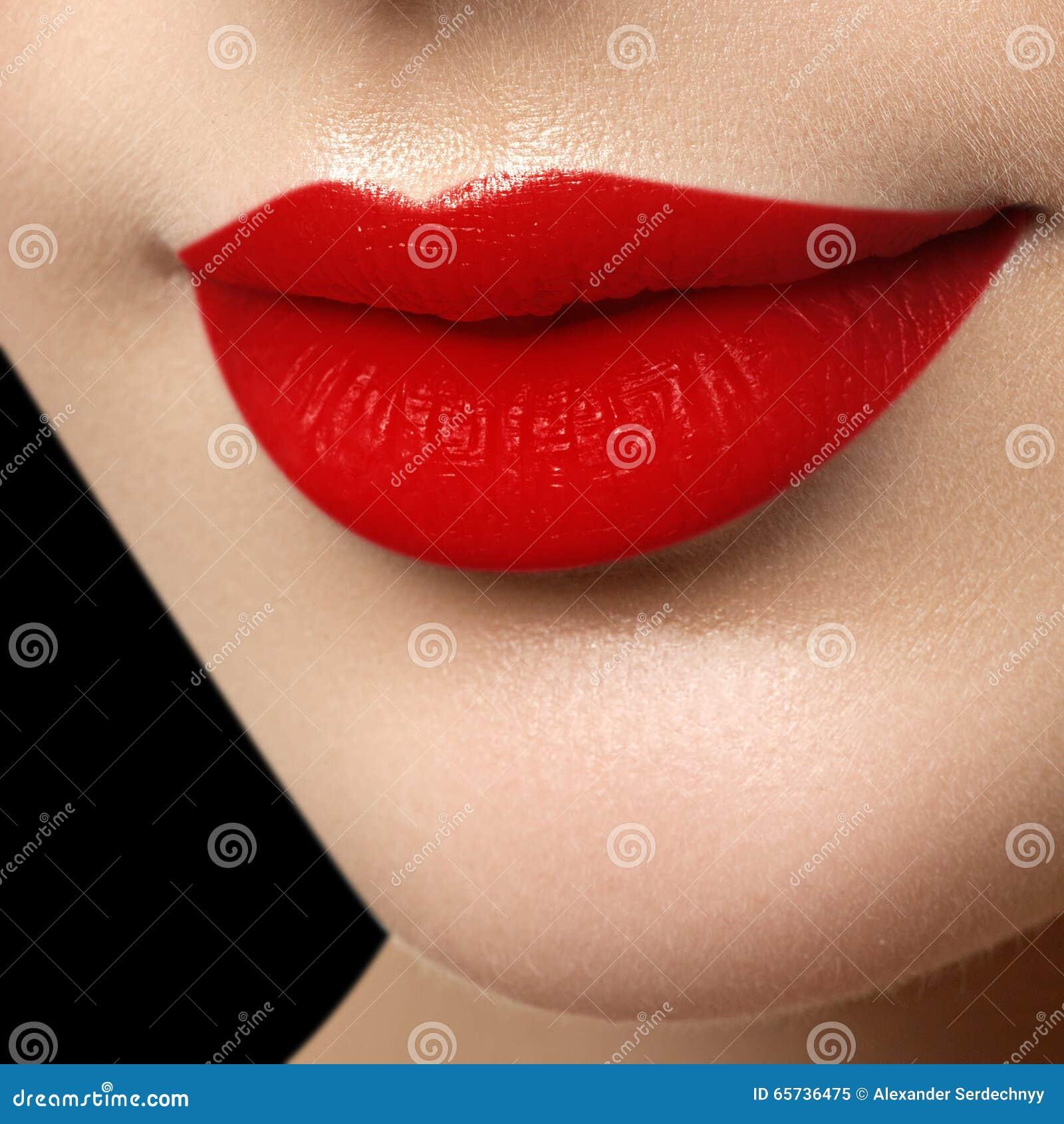 Bordos perfeitos da esteira Fim  sexy  da boca da menina acima Jovem mulher s da beleza