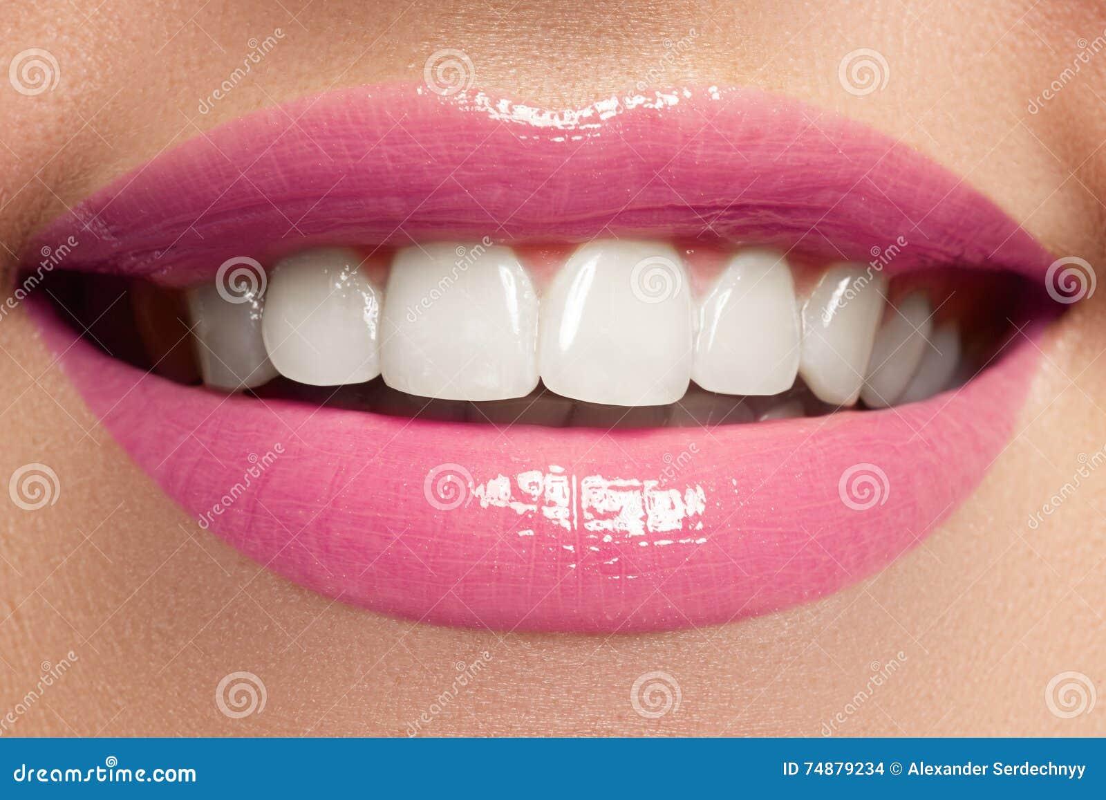 Bordos perfeitos Fim  sexy  da boca da menina acima Sorriso da mulher nova da beleza
