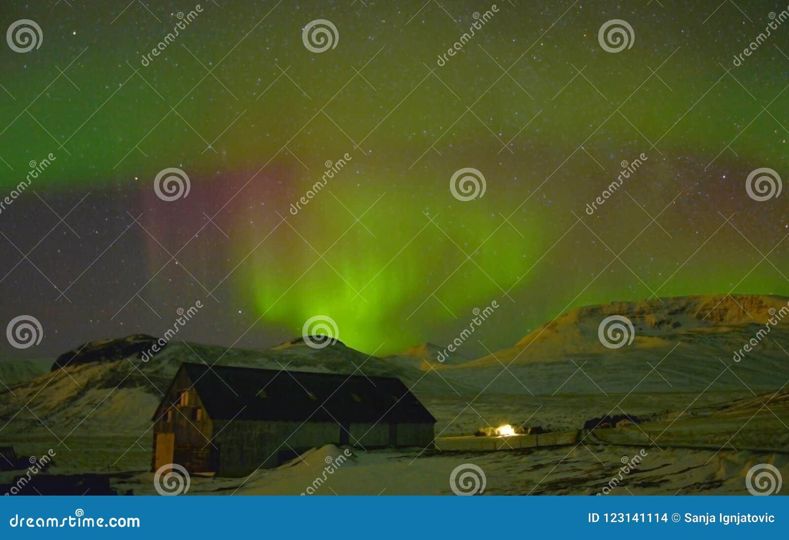 Borealis de la aurora en Islandia