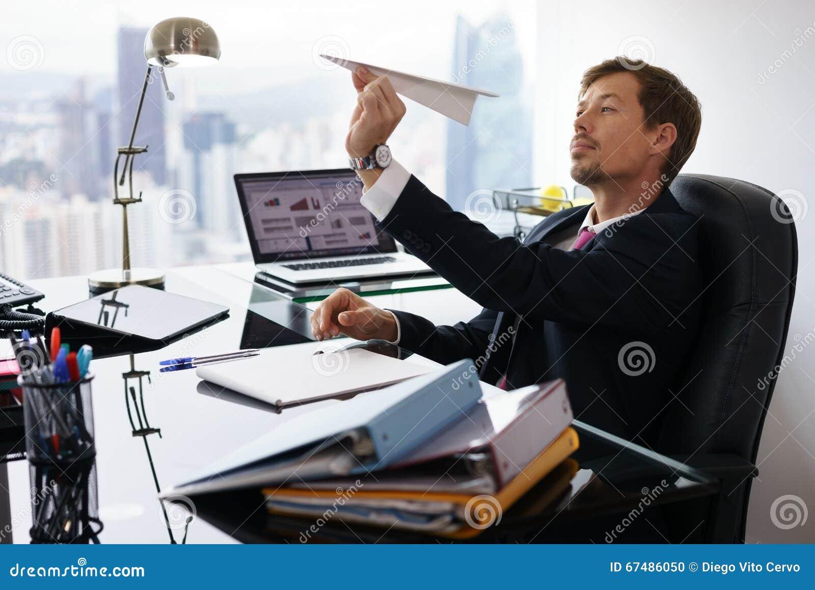Bored Administratieve Arbeider die Document Vliegtuig in Bureau werpen