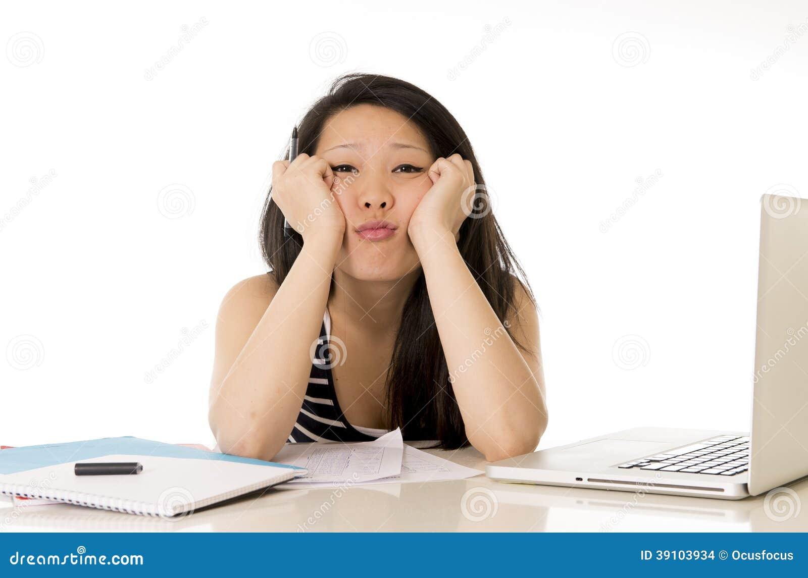 Bored Aziatische die studente op computer wordt overgewerkt