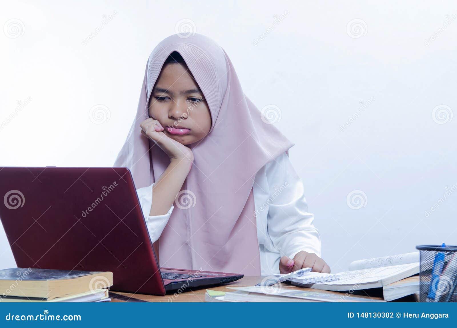 Bored jonge vrouw in het bureau die met laptop werken