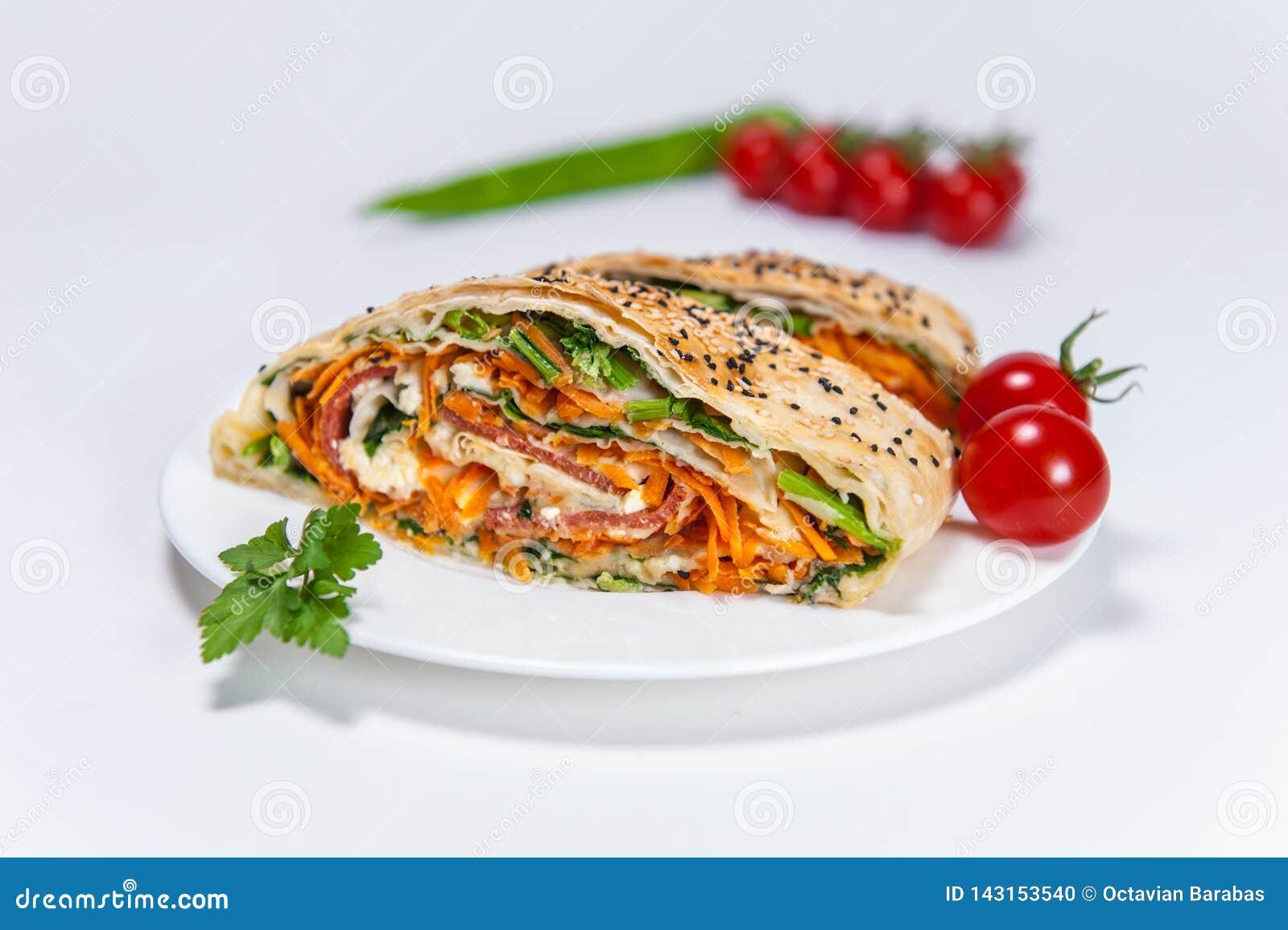 Borek με τα λαχανικά στο άσπρα πιάτο/το τμήμα