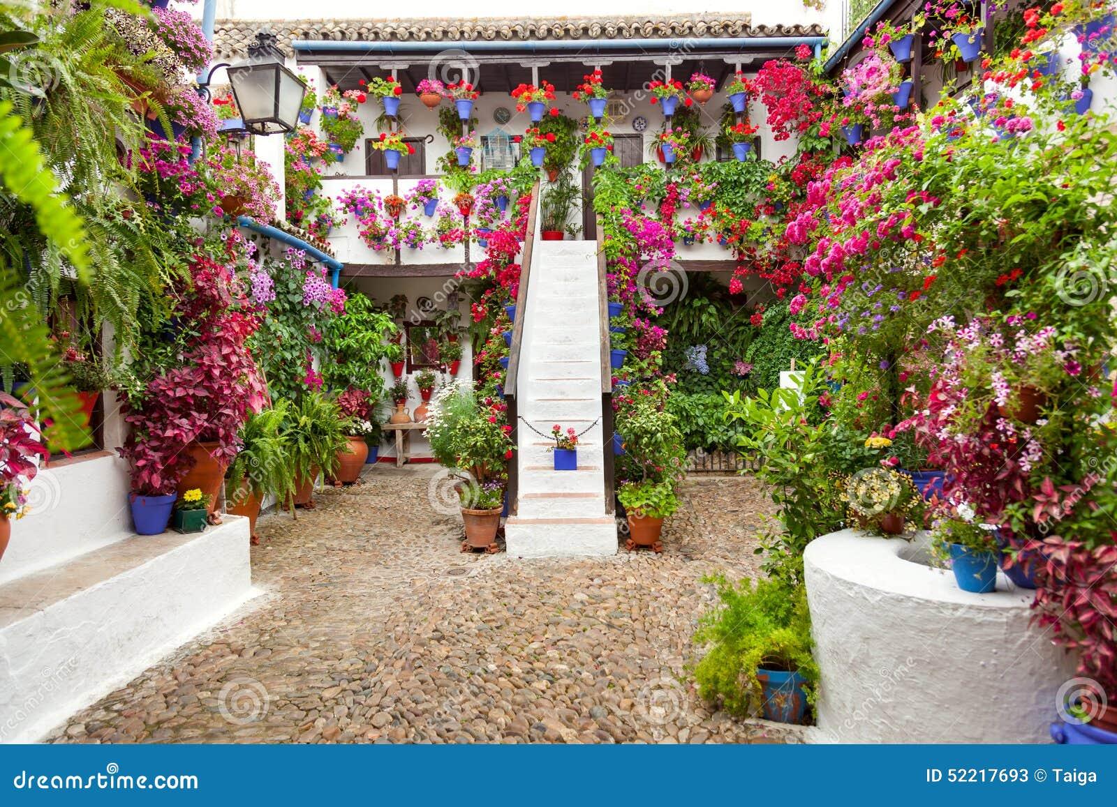 Borggården med blommor dekorerade - uteplatsfesten, Spanien, Europa